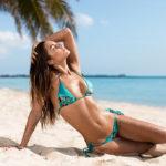 Geblümter Bikini - Strandleben