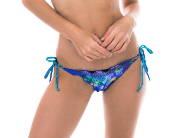 Pfauenblauer Bikini String mit gewellten Rändern