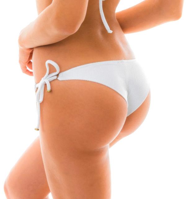 Weißes texturiertes Bikinihöschen mit Accessoire